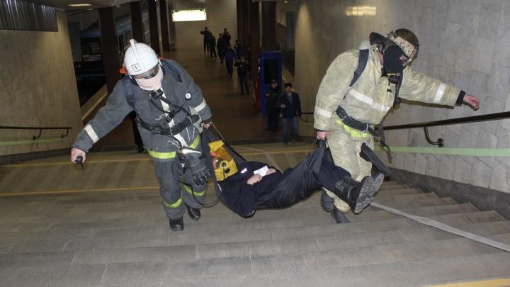 Ночные учения в метро: спасатели эвакуировали пассажиров поезда (обновлено)