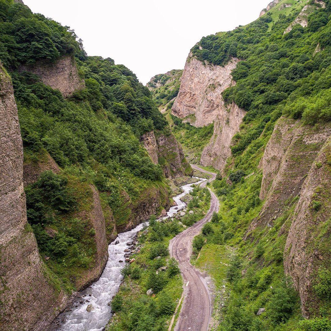 В ущелье присутствуют геотермальные источникии выходы минеральных вод