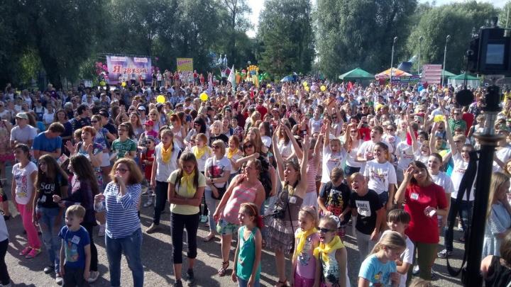 1800 человек собрались на Дне омича, чтобы установить танцевальный рекорд