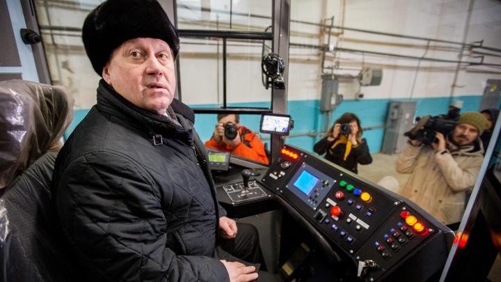 Три рубля от мэра: Локоть сел в трамвай и рассчитался за проезд по новому тарифу
