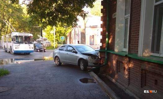Водитель говорит, что уходил от столкновения с другим авто