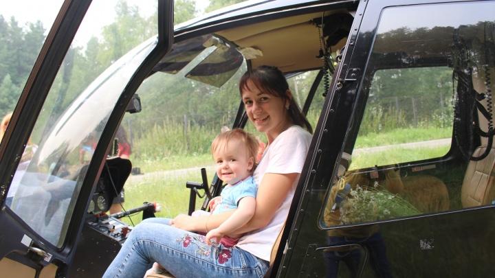 Омский пилот посадил в детском хосписе вертолёт с ящиком мороженого