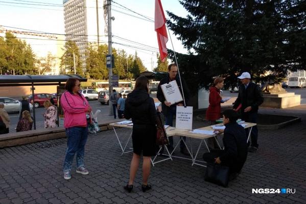 Андрей Никитин собирает подписи прохожих
