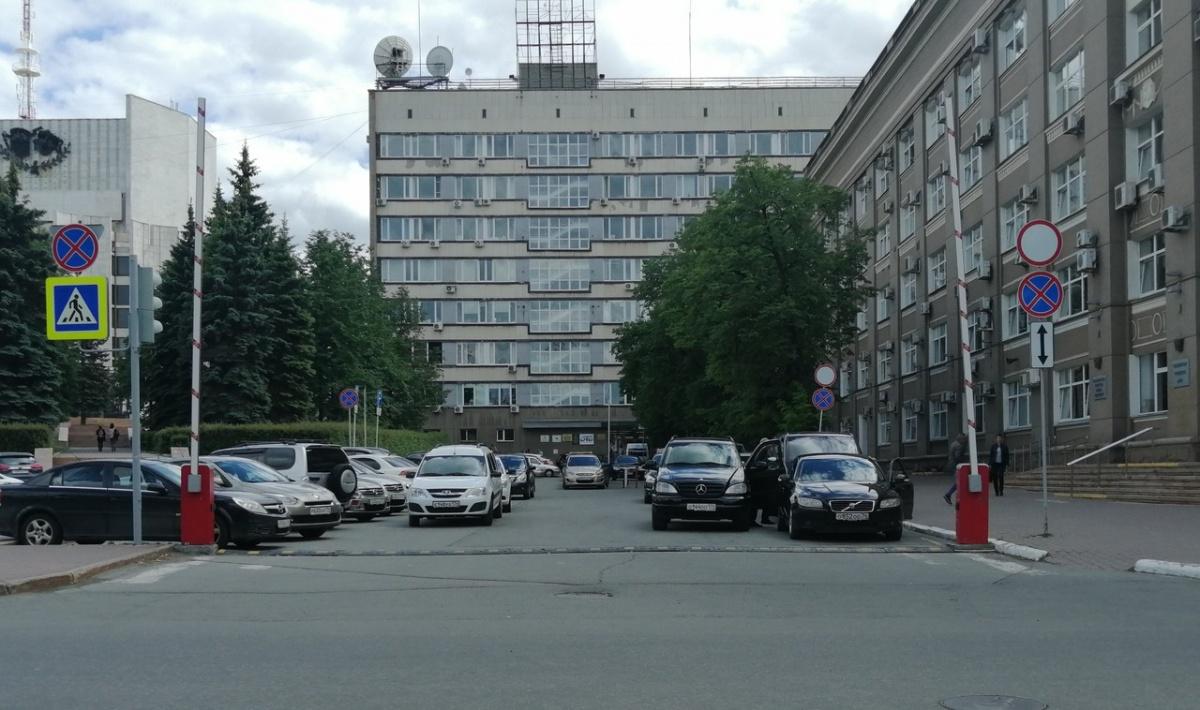 — Вот интересно, для кого все эти запрещающие знаки у здания администрации города Челябинска? — задаётся вопросом читатель. — Ведь явно не для простых граждан. Зачем создавать ограничения и самим их нарушать? В лесу все звери равны, но некоторые равнее?