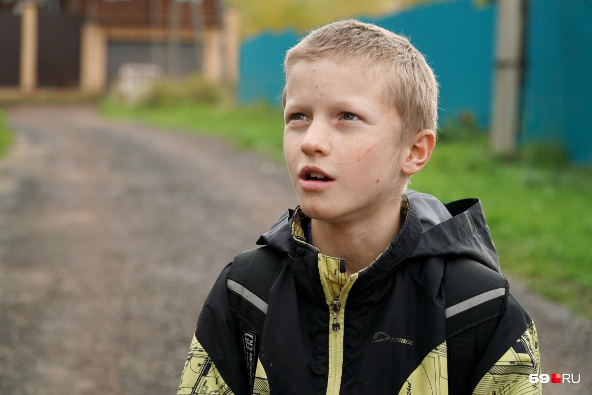 Лёва учится в третьем классе и пешком ходит в школу, которая находится в пяти километрах от его дома