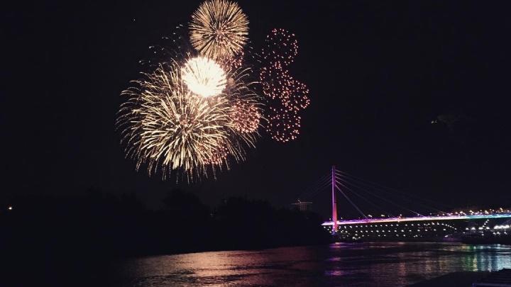 12 минут светового безумия в небе над Тюменью: смотрим, каким был фейерверк в честь Дня города