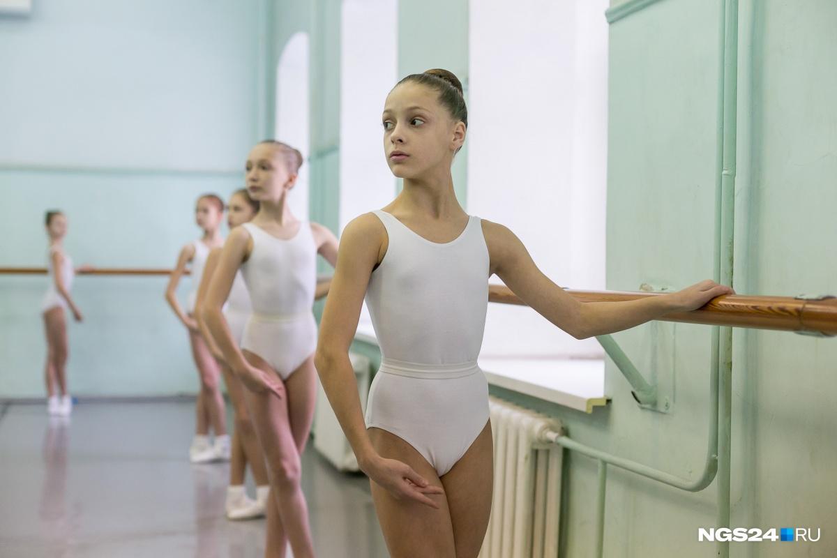 1-й класс балетной школы на уроке классического танца