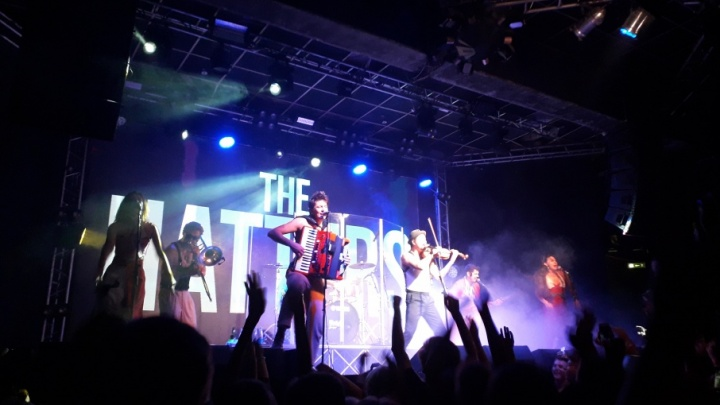 «Какие вы бешеные театральные люди»: фестиваль уличных театров в Архангельске закрыли музыкальным отрывом