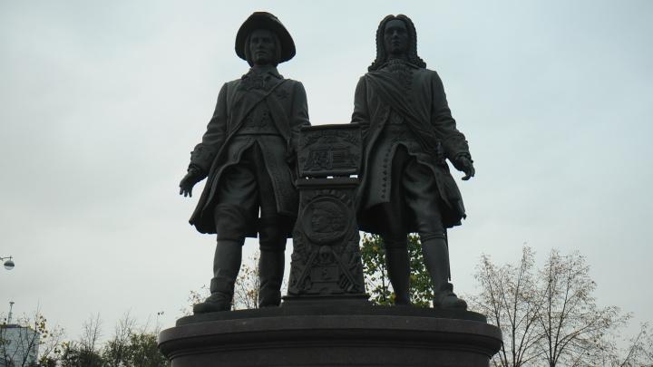 Екатеринбургскому издательству велели заплатить за снимок памятника Татищеву и де Геннину
