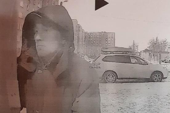 Жильцы дома составили ориентировку и распространили фотографию подозреваемого в соцсетях