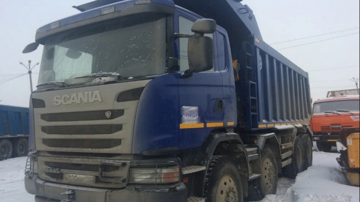 Мужчина погиб под кабиной грузовика во время ремонта двигателя