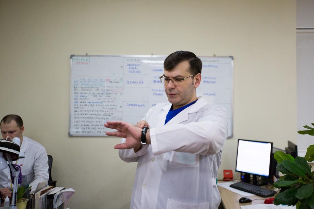 Валентин Жиленко собирает планёрки каждое утро перед операциями