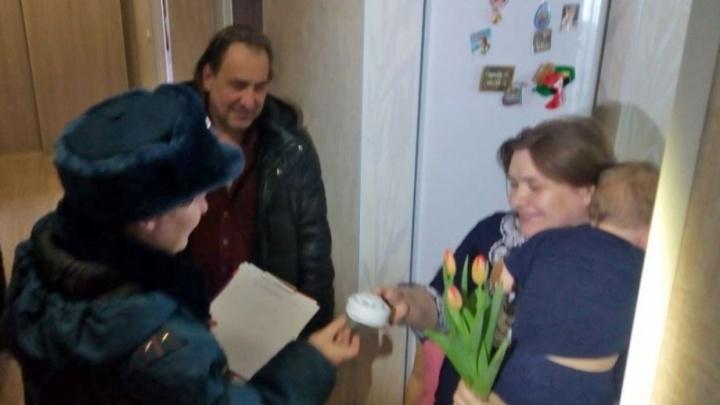 Многодетным мамам Екатеринбурга на 8 Марта подарили пожарные сигнализации