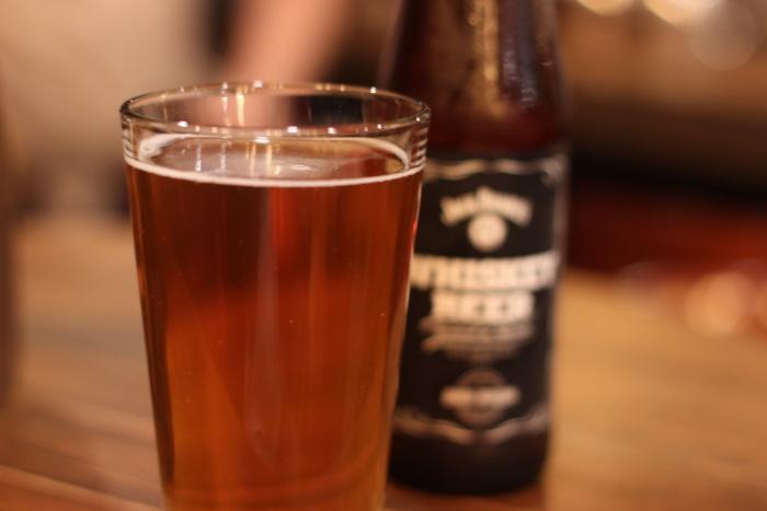 Бокал пива с бурбоном стоит в баре 190 руб.