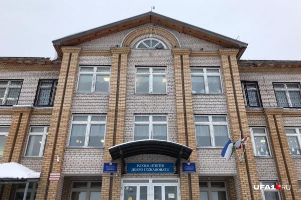 Здание школы резко выделяется на фоне частного сектора