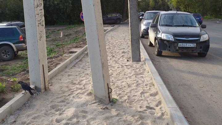 «В завершении ада нужен забор»: в Ярославле тротуар решили сделать вокруг столбов