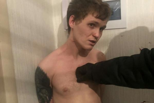 Приехавшие полицейские надели на буйного парня наручники и забрали его