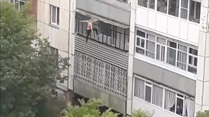 В Кургане девушка упала с балкона третьего этажа