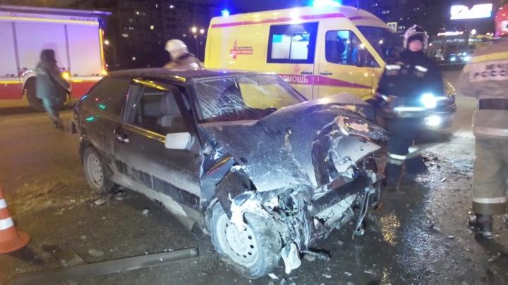 Из машины её доставали спасатели: на Юго-Западе девушка за рулём «тринадцатой» влетела в автобус