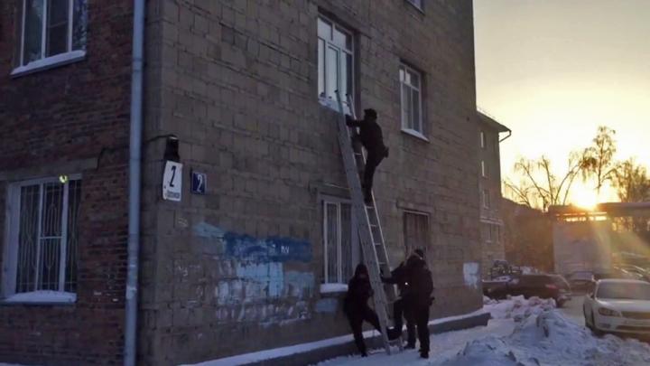 Видео: полицейские взяли штурмом квартиру в Дзержинском районе