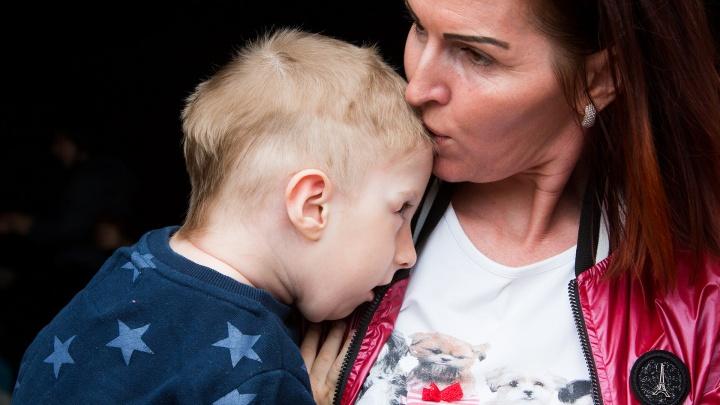 Топ-2019 «Некоторые не верят, что такое бывает»: как живет мальчик, которого болезнь превращает в камень