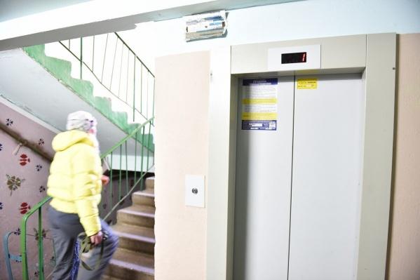 Жители домов с осени не могут пользоваться лифтами