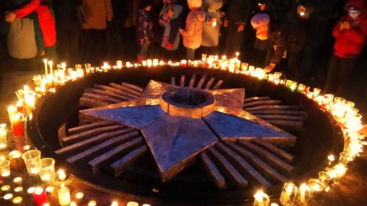 Фото: новосибирцы зажгли тысячи свечей в память о героях войны