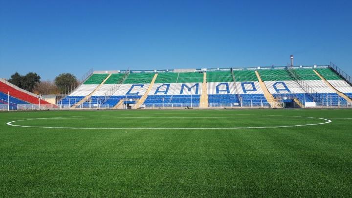 На поле стадиона «Металлург» уложили синтетическое покрытие