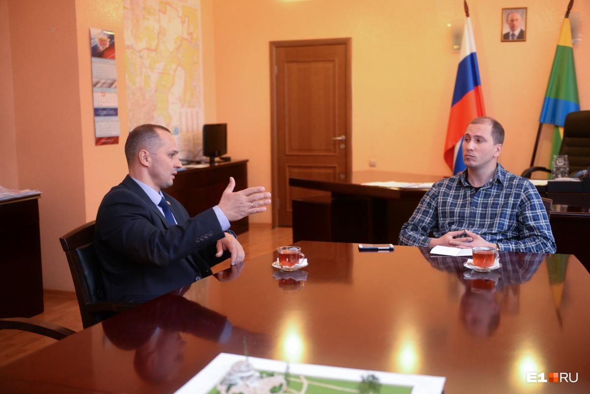 Несмотря на переход на муниципальную службу, Кравченко на работе окружают силовики