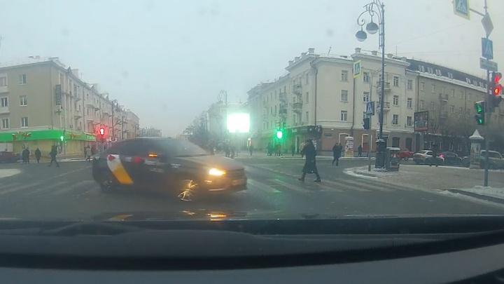 В Тюмени водитель нарезал круги на «зебре», мешая пешеходам. Автохамом заинтересовались в ГИБДД
