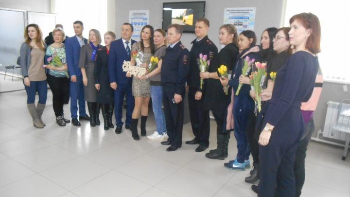 Желтые тюльпаны: самарские автомобилистки получили вместе с правами букеты цветов