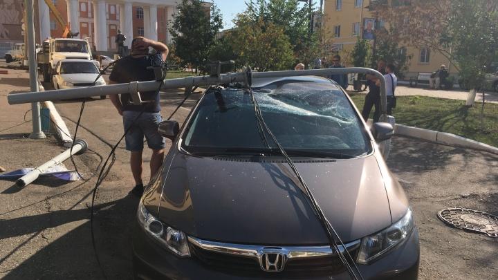 Неприятный сюрприз: в Башкирии на крышу автомобиля упал фонарный столб