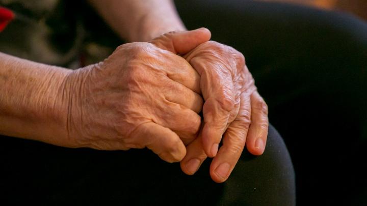Кольцо с руки 80-летней женщины пришлось снимать спасателям