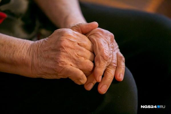 80-летней женщине помогли избавиться от кольца спасатели