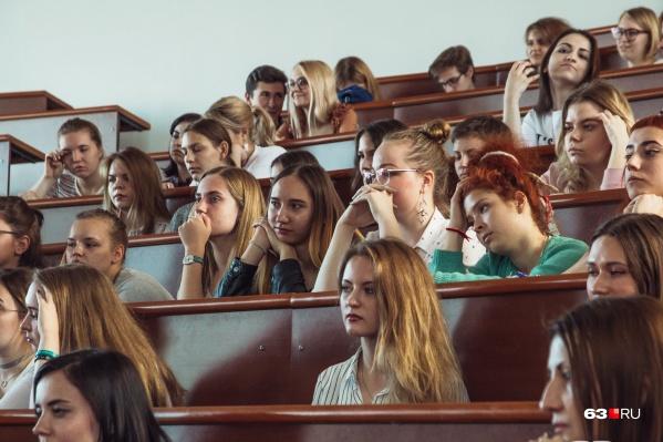 Учащиеся 14 университетов получат губернаторские стипендии