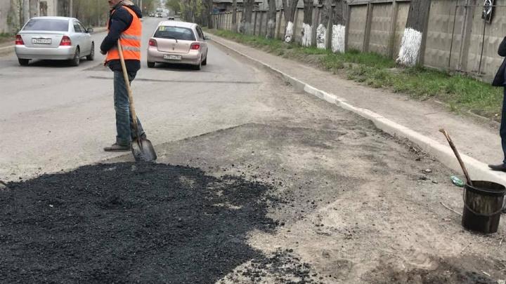 Дорожники извинились за укладку асфальта вместе с мусором на Затонской