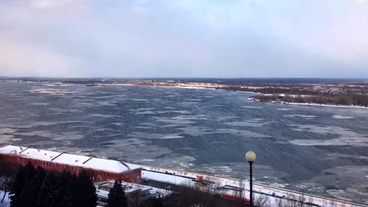 Видео дня. В Нижнем Новгороде на Волге начался ледоход— в январе