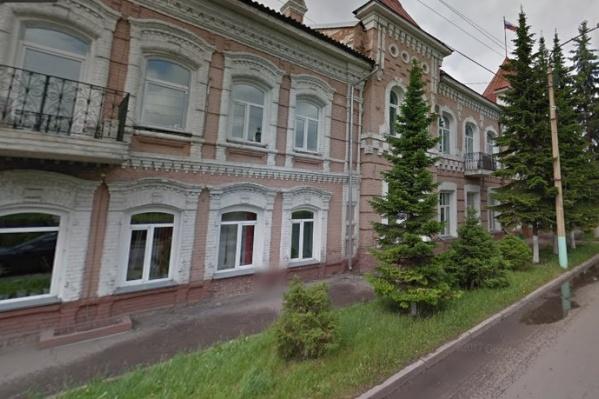 Экс-председатель Минусинского горсовета не смог подтвердить доход, объясняющий покупку элитного автомобиля