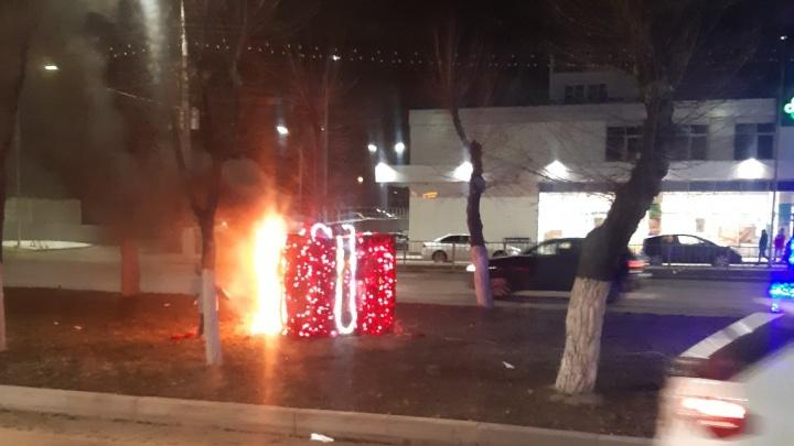 «Подростки пытались тушить»: в Волгограде на Второй Продольной сгорела гирлянда и потух светофор