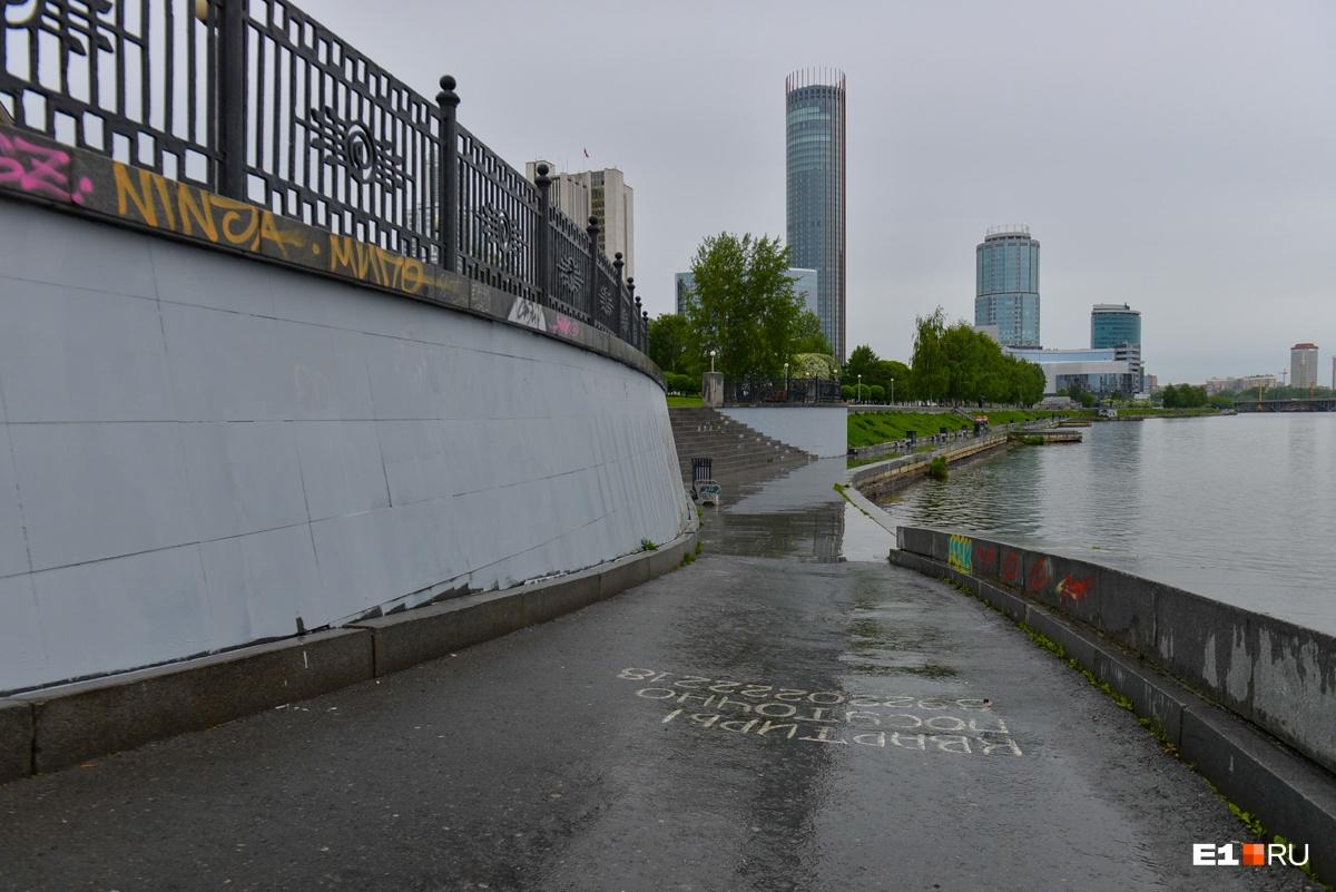 Цвет настроения серый: гранитную набережную Городского пруда выкрасили светлой краской