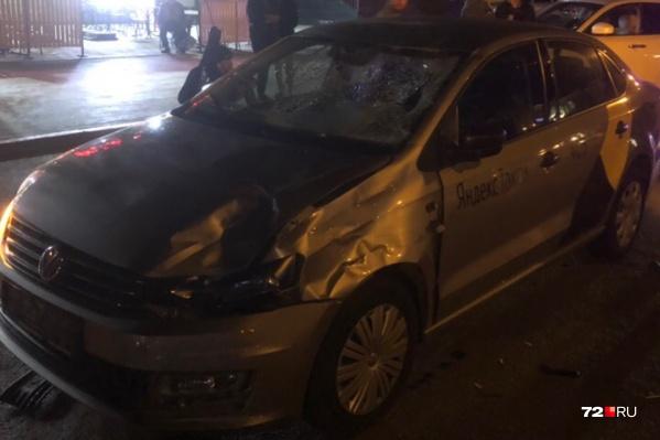 По словам очевидцев, у водителя такси практически не было шансов избежать наезда на пешеходов. Компания молодых людей выбежала на дорогу из-за других машин. Парни успели проскочить, а девушки попали под колеса