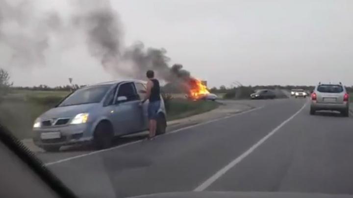 «Он забрал дочь из садика»: в Волгограде гибель людей в сгоревшей иномарке проверяют следователи
