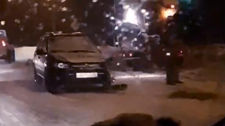 Не дочистил: автомобиль такси врезался в снегоуборочную машину. Видео