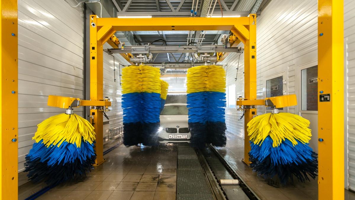 Щетки на конвейерной мойке сделаны из инновационных материалов