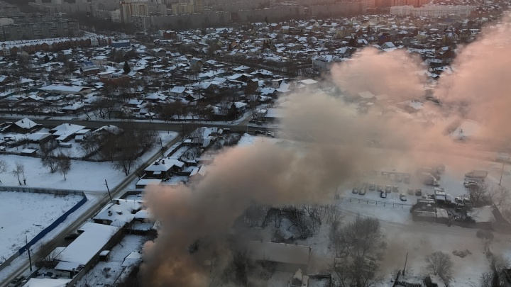 «В городе сильно пахнет гарью»: на улице Айвазовского загорелся частный дом