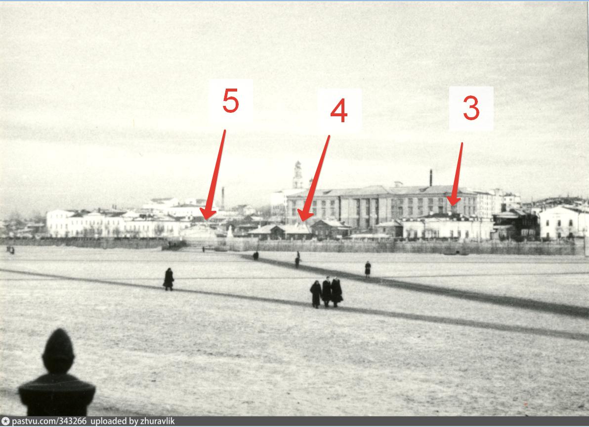 До появления Приборостроительного завода (на фото он на заднем плане) на набережной стояли три особняка. Их снесли, когда возводили новые корпуса завода