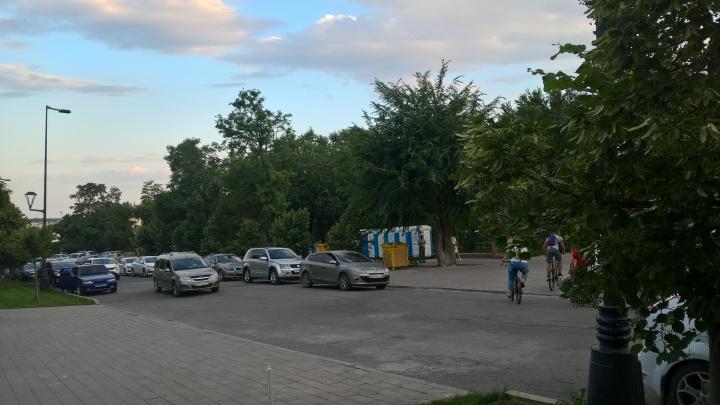 «Там выбегают дети»: новый асфальт на Центральной набережной Волгограда забыли разрисовать«зебрами»