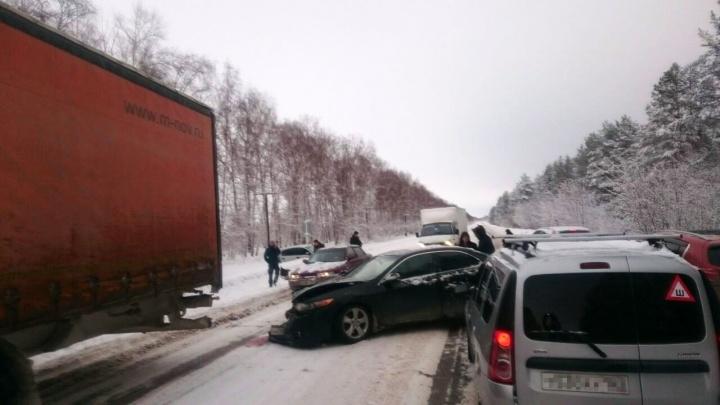От удара вынесло в сугроб: на трассе под Самарой женщина за рулём Nissan врезалась в Honda