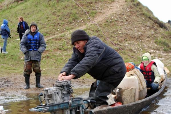 Мужчина в синем жилете на фото — лодочникПавел Бахтияров, которого ищут до сих пор