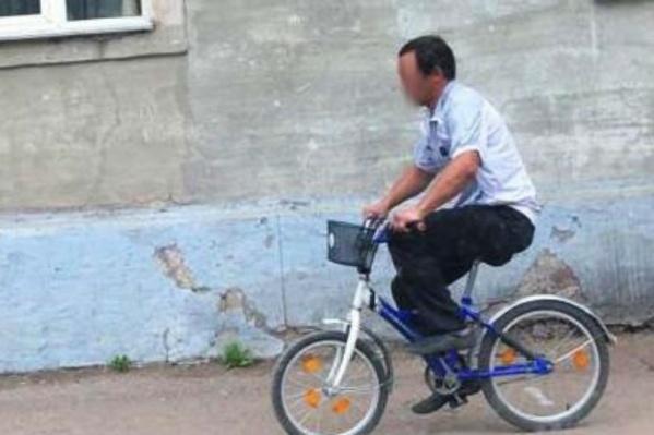 Преступника на синем велосипеде запечатлела камера видеонаблюдения